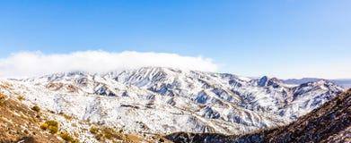 Montagne di atlante innevate nel Marocco fotografie stock