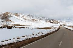 Montagne di atlante nel Marocco con neve nel tempo di primavera intorno a Pasqua fotografia stock