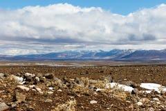 Montagne di atlante nel Marocco con neve nel tempo di primavera intorno a Pasqua fotografia stock libera da diritti