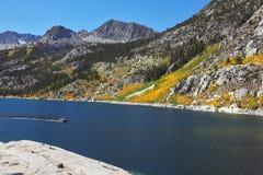 Montagne di autunno e fiume cielo-blu Immagini Stock Libere da Diritti