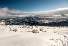 Montagne di Beskid Zywiecki di inverno dalla traccia di escursione vicino alla collina di Magurka Wislanska in montagne di Beskid Immagine Stock