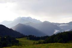 Montagne di Caucaso dopo pioggia persistente Immagini Stock