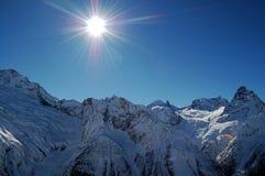 Montagne di Caucaso in giorno pieno di sole Fotografia Stock