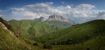 Montagne di Caucaso orientali e Acheshbok occidentale sotto un blu Immagine Stock