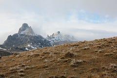 Montagne di Ciucas su una mattina nebbiosa Fotografie Stock