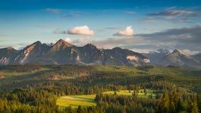 Montagne di estate al tramonto sbalorditivo, Polonia di Tatra stock footage