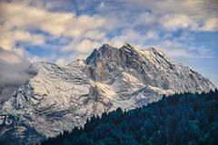 Montagne di Garmisch-Partenkirchen in autunno fotografie stock libere da diritti