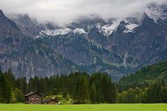 Montagne di Gebirge dei Totes a Almsee Fotografia Stock Libera da Diritti