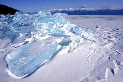 Montagne di ghiaccio sul lago Baikal immagini stock libere da diritti