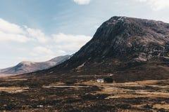 Montagne di Glencoe il giorno soleggiato con cielo blu in Scozia scotti fotografie stock libere da diritti