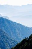 Montagne di gradazione con nebbia chiara. Fotografia Stock