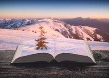 Montagne di inverno alle pagine del libro fotografie stock