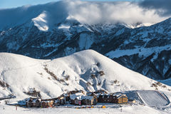 Montagne di inverno di Snowy nel giorno del sole Georgia, dalla stazione sciistica Gudauri fotografia stock libera da diritti