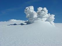 Montagne di inverno sopra la neve di inverno Immagini Stock