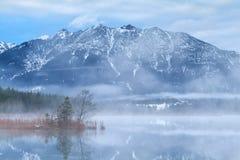 Montagne di Karwendel e lago Barmsee nella mattina nebbiosa Immagini Stock Libere da Diritti