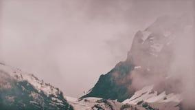 Montagne di lasso di tempo nella nebbia La Russia, Soci Ski Resort, montagne di Caucaso video d archivio