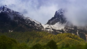 Montagne di lasso di tempo nella nebbia La Russia, Soci Ski Resort, montagne di Caucaso archivi video