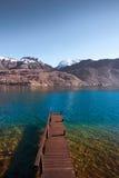 Montagne di legno del lago pier Immagine Stock