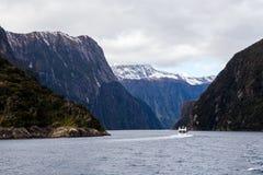 Montagne di Milford Sound in acqua fotografia stock