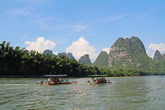Montagne di morfologia carsica al fiume di Li vicino a Yangshuo, Cina Fotografie Stock Libere da Diritti