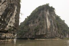 Montagne di morfologia carsica e del fiume Nimh Binh, Vietnam Immagini Stock Libere da Diritti