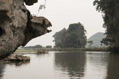 Montagne di morfologia carsica e del fiume Nimh Binh, Vietnam Fotografia Stock Libera da Diritti