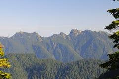 Montagne di osservazione dalla montagna di urogallo con le montagne della neve nella distanza Fotografie Stock