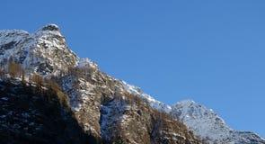 Montagne di panorama sotto un cielo blu perfetto Fotografia Stock Libera da Diritti