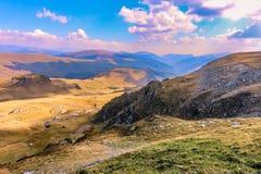 Montagne di Parang dalla strada di Transalpina fotografie stock libere da diritti