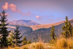 Montagne di Parang dalla strada di Transalpina fotografie stock