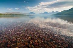 Montagne di primo mattino dal lago Fotografie Stock Libere da Diritti