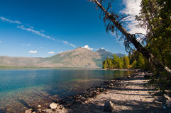 Montagne di primo mattino dal lago Fotografia Stock Libera da Diritti