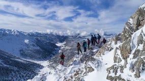 Montagne di punta, attività di inverno e riuscita squadra Fotografia Stock Libera da Diritti