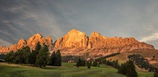 Montagne di Rosengarten (Cantinaccio) durante l'ora dorata Immagine Stock