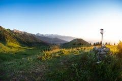 Montagne di sera nel tratto Kok Zhailau vicino alla città di Almaty, il Kazakistan Fotografia Stock
