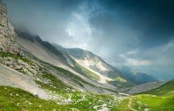 Montagne di Sibillini in nebbia immagine stock
