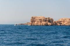 Montagne di Sinai e paesaggi pittoreschi del Mar Rosso nell'Egitto Viaggio della barca sul Mar Rosso fotografia stock