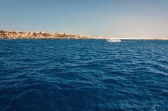 Montagne di Sinai e paesaggi pittoreschi del Mar Rosso nell'Egitto Viaggio della barca sul Mar Rosso immagine stock libera da diritti