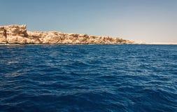 Montagne di Sinai e paesaggi pittoreschi del Mar Rosso nell'Egitto Viaggio della barca sul Mar Rosso immagini stock
