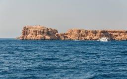 Montagne di Sinai e paesaggi pittoreschi del Mar Rosso nell'Egitto Viaggio della barca sul Mar Rosso fotografia stock libera da diritti