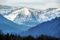 Montagne di Snowy in alpi bavaresi contro il cielo nuvoloso, ricerca del turista Immagini Stock
