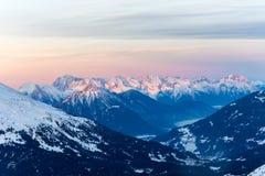 Montagne di Snowy con Fotografie Stock Libere da Diritti