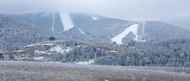 Montagne di Snowy con i pendii in discesa dello sci Fotografie Stock