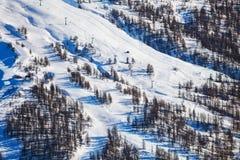 Montagne di Snowy con i pendii ripidi alla stazione sciistica Fotografia Stock