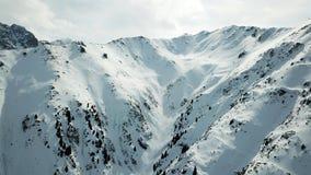 Montagne di Snowy con il cielo bianco La vista sopra la gola e la neve si apre Immagini Stock