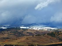 Montagne di Snowy con il cielo nuvoloso fotografie stock libere da diritti