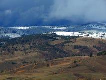 Montagne di Snowy con il cielo nuvoloso immagine stock libera da diritti