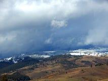 Montagne di Snowy con il cielo nuvoloso fotografia stock libera da diritti
