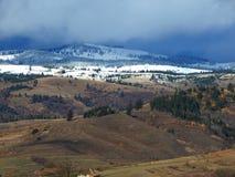 Montagne di Snowy con il cielo nuvoloso fotografia stock