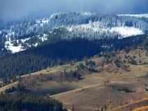 Montagne di Snowy con il cielo nuvoloso fotografie stock